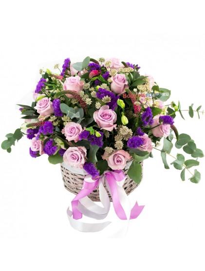 Корзина с розами и эвкалиптом